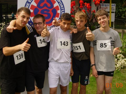 Deniz, Nico, Mahsun, Kevin und Marcel vor dem 5 km-Lauf