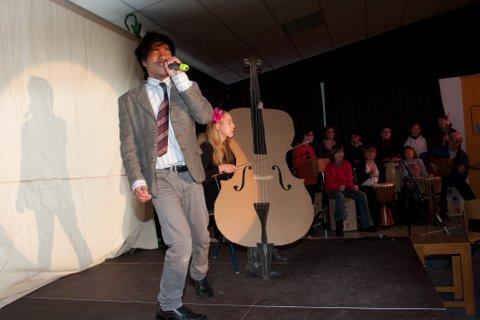 Frederick ist Sänger in der Schulband