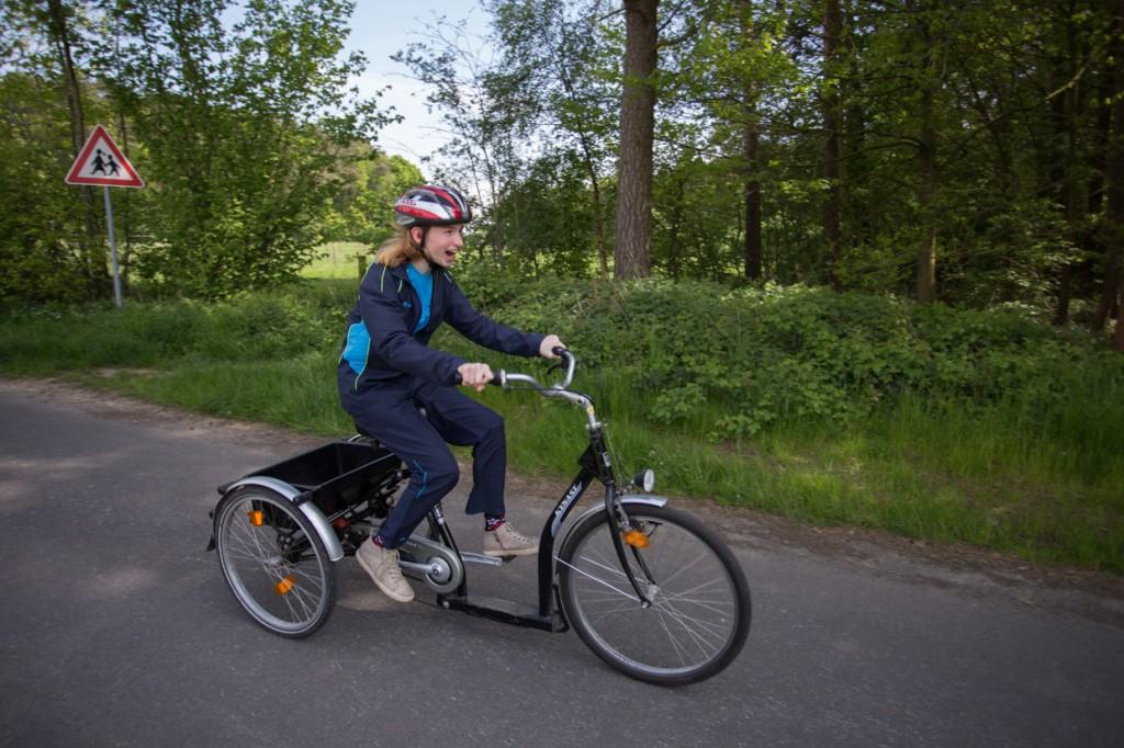 Lena startet beim 1km-Zeitfahren für Dreiradfahrer. Das ist besonders hart, denn sie muss gleich nach dem langen Abend mit der Eröffnungsfeier im Düsseldorfer Arena-Sportpark auf den Kurs.